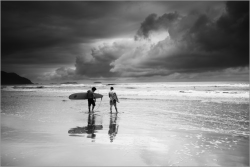 Premiumposter Surfers on a stormy tropical beach