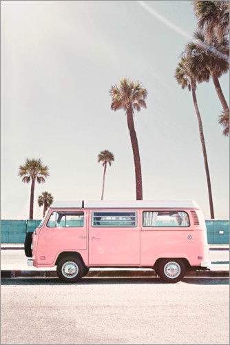 Premiumposter Pink Bus under palm trees