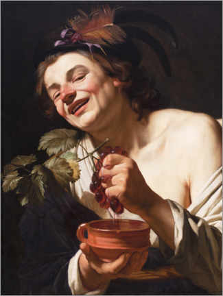 Premiumposter Young man smiling while squeezing grapes