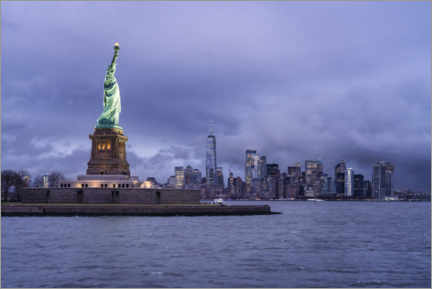 Premiumposter  Statue of Liberty in front of the Manhattan skyline - Jan Christopher Becke