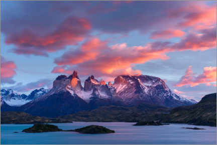 Premiumposter  Sunrise over Cuernos del Paine and Lake Pehoe - Yuri Choufour