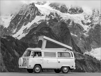 Canvastavla  Camping bus in front of a mountain landscape - Moritz Wolf