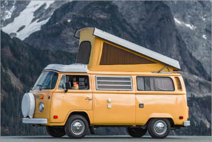 Premiumposter Camping bus in front of a mountain landscape