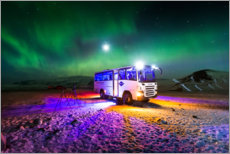 Poster  Northern light over a bus
