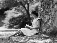 Premiumposter Woman reading under a tree