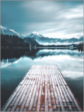 Premiumposter  Wooden footbridge in the mountain lake - Lukas Saalfrank