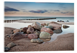 Akrylglastavla  Stones and groynes on shore of the Baltic Sea. - Rico Ködder