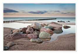 Premiumposter  Stones and groynes on shore of the Baltic Sea. - Rico Ködder