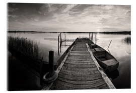 Akrylglastavla  Wooden pier on lake with fishing boat - black and white - Frank Herrmann