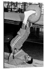 Aluminiumtavla  Joe Frazier during training with a medicine ball