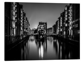 Aluminiumtavla  Hamburg HafenCity quarter by night (monochrome) - Sascha Kilmer