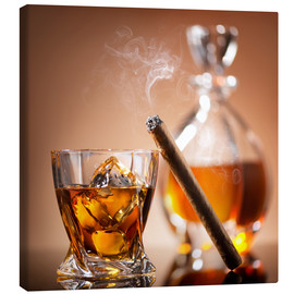 Canvastavla  Cigar on glass of whiskey with ice cubes