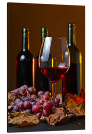 Aluminiumtavla  red wine with grapes and vine leaves