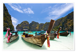 Premiumposter  Long tail boat at Maya Bay on the island of PhiPhi