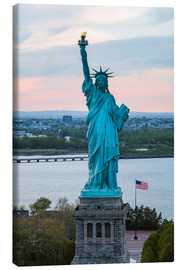 Canvastavla  Aerial view of the Statue of Liberty at sunset, New York city, USA - Matteo Colombo