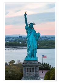 Premiumposter  Aerial view of the Statue of Liberty at sunset, New York city, USA - Matteo Colombo