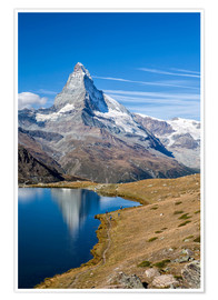 Premiumposter  Hikers walking on the path beside the Stellisee with the Matterhorn reflected. Zermatt Canton of Val - Roberto Sysa Moiola