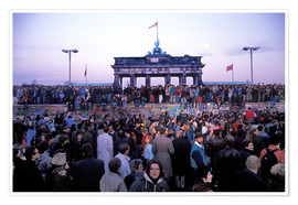 Premiumposter  Berliners from East and West celebrating the opening of the border at the Berlin Wall